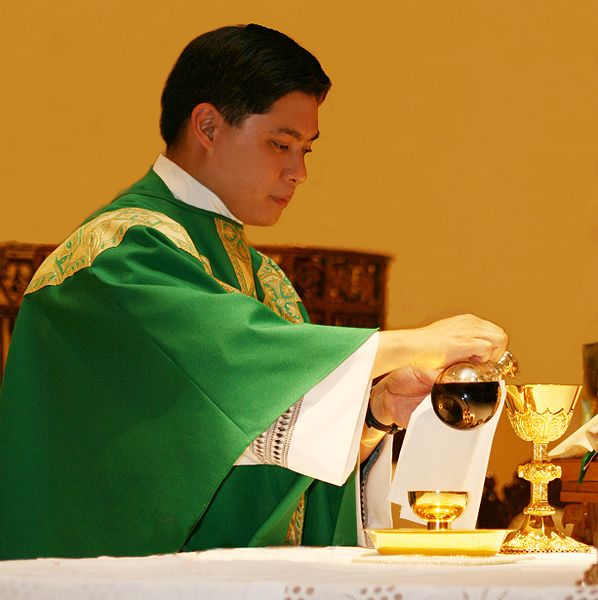 File:Pouring of the wine Fr Lee Acervo.jpg